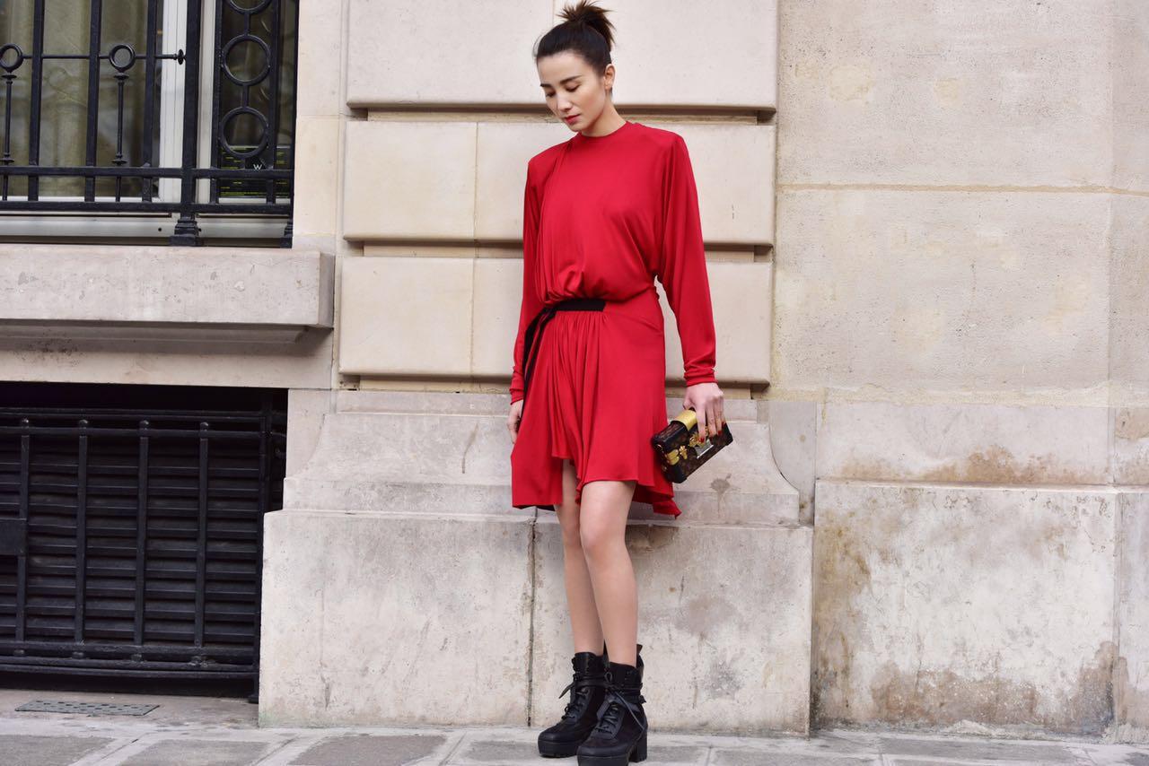 宋佳亮相巴黎看秀 红裙配马尾御姐范儿十足