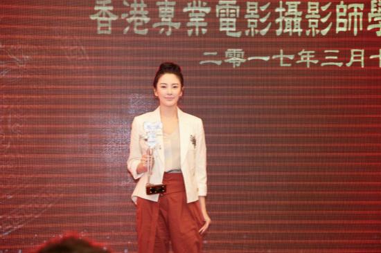 """张雨绮香港获""""最具魅力女艺人"""" 谈金像奖提名:希望所有人都拿奖"""