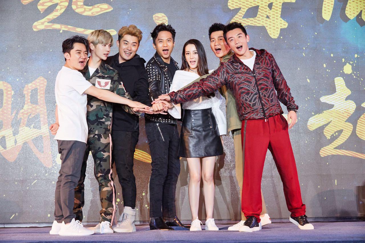 鹿晗亮相《奔跑吧》发布会 4月即将开启霸屏模式
