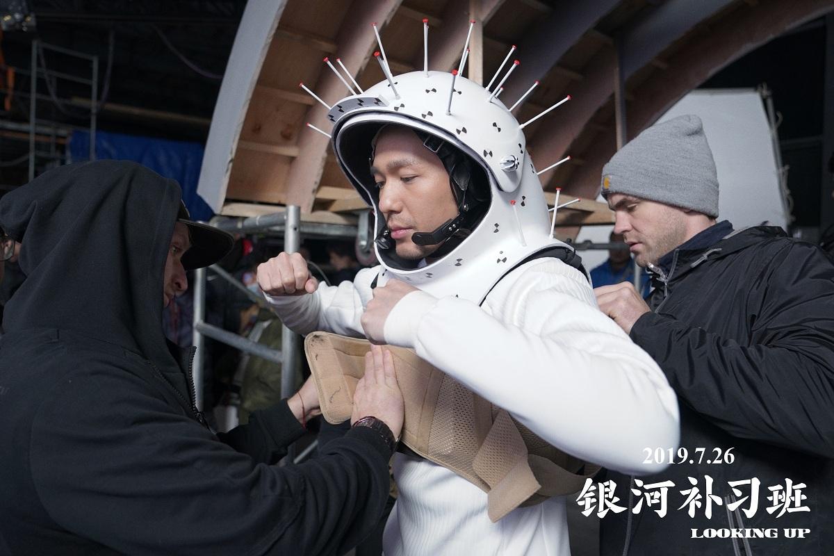 《银河补习班》首曝特辑 白宇连续失重拍摄敬业精神获肯定