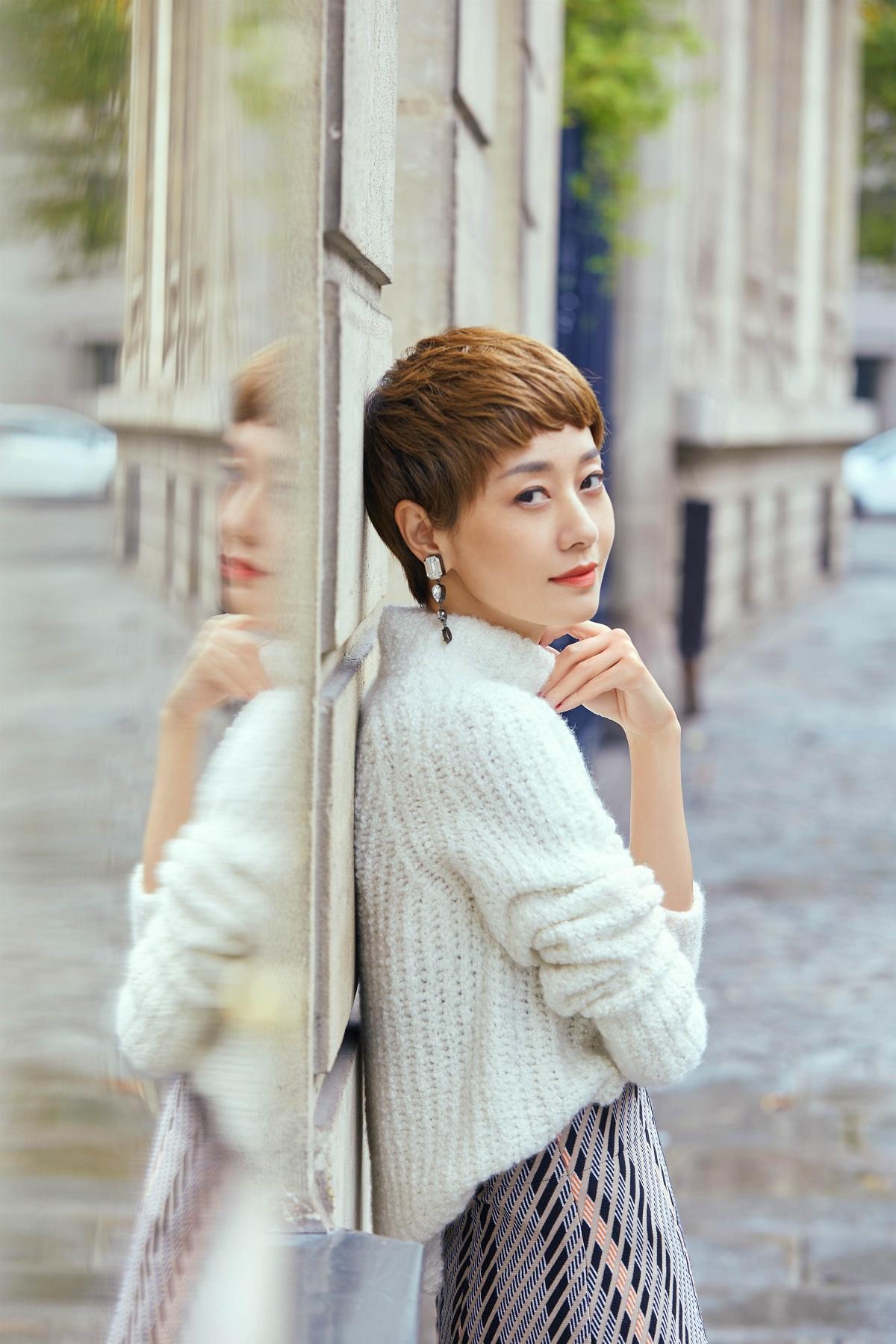 马伊琍巴黎街头演绎深秋时尚 简约大气尽显优雅温柔气质