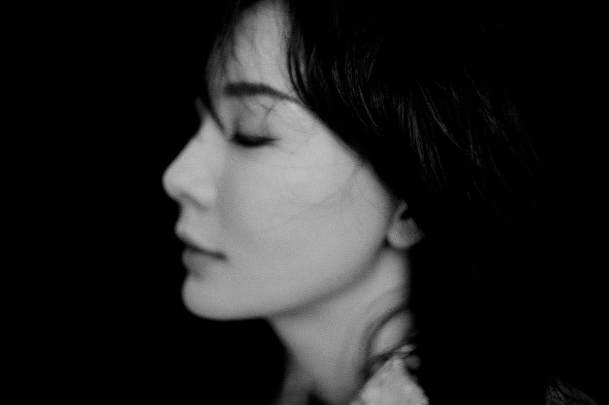 陈数黑白写真曝光 优雅率性尽显大女人成熟魅力