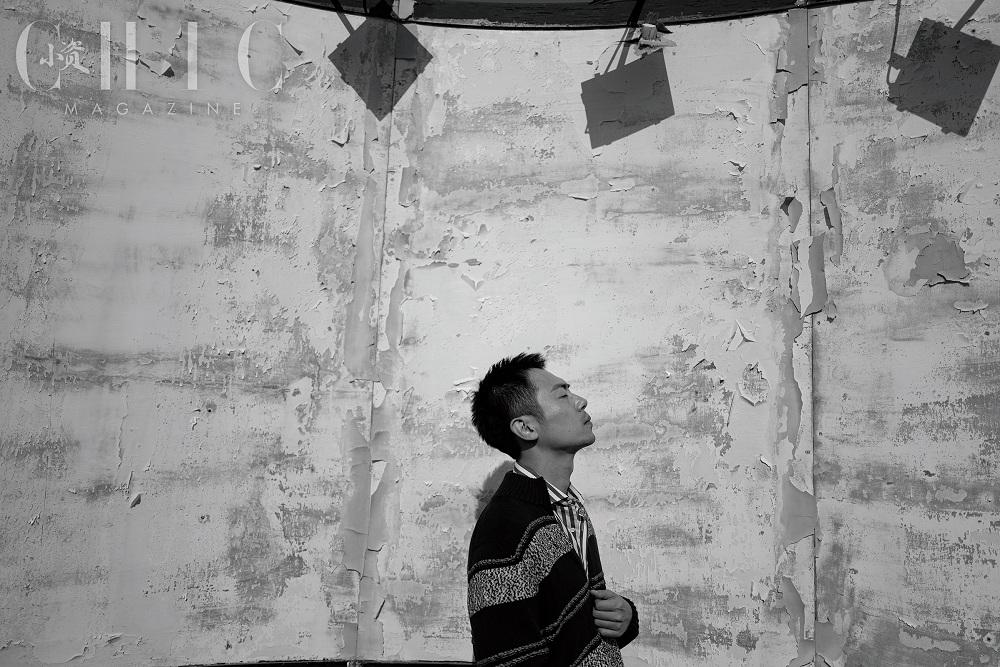 朱亚文登时尚杂志封面 黑白明暗之间演绎冬季文艺格调