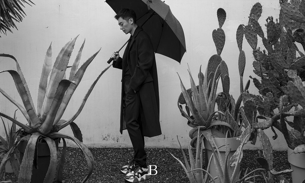 朱亚文杂志新封曝光 于秋凉中呈现大片质感