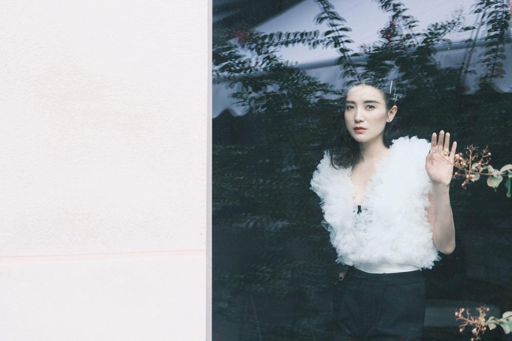 宋佳最新写真曝光 诠释冷调温柔的独特神秘感