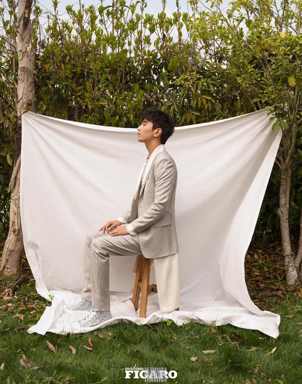 赵又廷登《费加罗男士》开春封面 与白鹅同框沐浴阳光