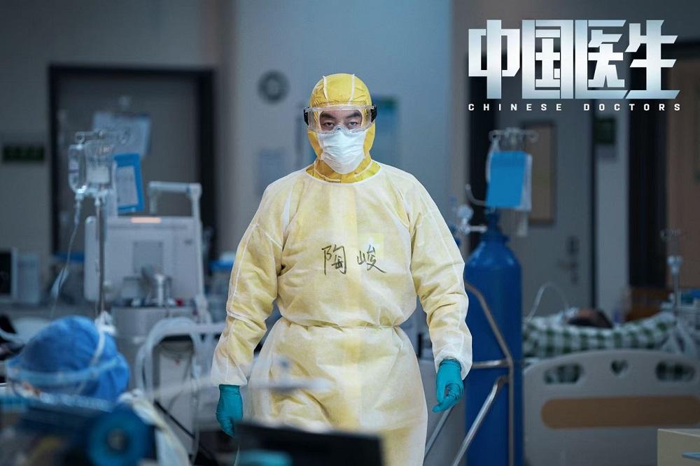 朱亚文发博致敬抗疫医护 《中国医生》上映观众对陶峻好评不断