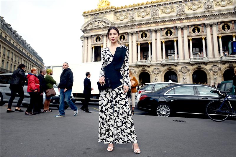 宋佳巴黎看秀  夹克皮裤将酷帅进行到底